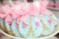 Pão de mel decorado com a Torre Eiffel