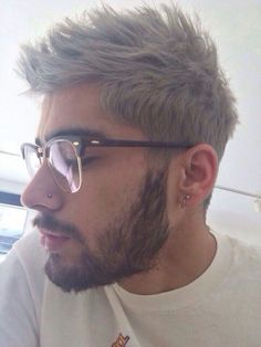 It is confirmed, the man bun is been left behind as we see Lucky Blue Smith and Zayn Malik Gray Hair Dye style coming along. Grey Hair Dye, Dyed Hair, Grey Hair On Guys, Purple Hair, Zayn Malik Fotos, Silver Hair Men, Zayn Mailk, Lucky Blue Smith, Trey Songz