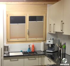 Plissees von sensuna® als Sichtschutz in der Küche - ein Kundenbild