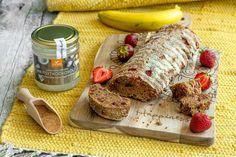 Milloin viimeksi olet leiponut banaanileipää? Meillä Suomessa tätä leivonnaista kutsutaan useimmiten banaanikakuksi. Kun hedelmävadillasi on jo tummumaan päässeitä banaaneja, leivo tämä herkullinen tarjottava, jota voit höystää kesäaikaan myös tuoreilla marjoilla, kuten mansikoilla.