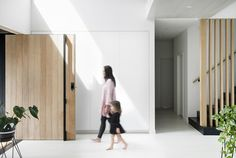 A hassle-free building experience gave Kayla and Darius Boyd this dreamy home amongst the leafy streets of Brisbane's north. 3 Storey House, Australia House, Brisbane Australia, Modern House Facades, Black House Exterior, Home Exterior Makeover, House Front Door, House Extensions, Facade House