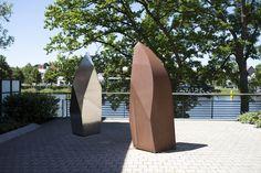 """#Lübeck Zwei gleiche, abstrakte Formen, zwei unterschiedliche Materialien. Beide stehen einander gegenüber und scheinen sich zuzunicken. Die """"Zuneigung"""" ist hier im doppelten Sinne zu verstehen, einerseits..."""