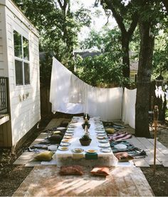 Dinner im Hinterhof. dinner party Just Be Kind Outdoor Dinner Parties, Outdoor Entertaining, Outdoor Dining, Outdoor Spaces, Outdoor Decor, Interior Exterior, Exterior Design, Boho Home, Decoration Table