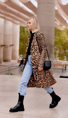 My Mom Is Turning 60 and Trying These 6 Trends to Up Her Style Game The Best Outerwear Trends for Women Over 60 Mode Outfits, Fall Outfits, Fashion Outfits, Jean Outfits, Fashion Tips, Outfit Jeans, Nyc Fashion, Look Fashion, Over 60 Fashion