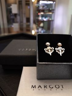 Kolczyki srebrne, oksydowane, z białymi perłami hodowanymi. Minimalistyczne, ale wyróżniające się.  #kolczyki #srebro #perłyhodowane #biżuteriaartystyczna #margotstudio