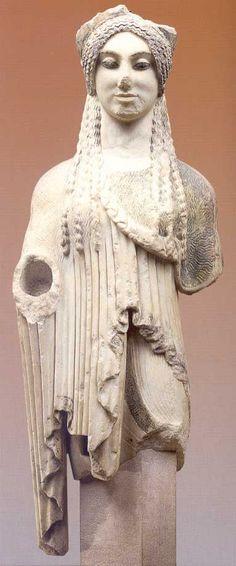Kore 674, ca. 500-490 a.C., marmo scolpito a tutto tondo. Dall'Acropoli di Atene, Grecia. Museo dell'Acropoli, Atene, Grecia.