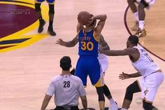 Stephen Curry throws a pinpoint crosscourt assist so casual it's borderline rude