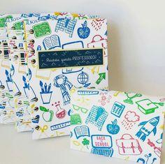 """Caderninhos produzidos para o """"Dia dos Professores""""! 😻😻 Caderno com 120 folhas e impressão personalizada (15x11cm) e bloquinho autoadesivo grande (11x8cm). #estrelariaarte #encadernaçãomanual #diadosprofessores2016 #ilovepaper #papelariapersonalizada #cadernopersonalizado"""