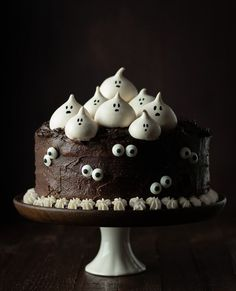 Chocolate cake with Parisian cream – Recipes by the This is the family's favorite chocolate cake with Parisian cream with some spooky design. Halloween Desserts, Bolo Halloween, Postres Halloween, Halloween Food For Party, Halloween Cupcakes, Halloween Treats, Creepy Halloween, Haloween Cakes, Halloween Chocolate Cake