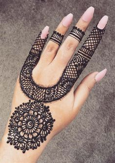 Check beautiful & simple arabic mehndi designs 2020 that can be tried on wedding. Shaadidukaan is offering variety of latest Arabic mehandi design photos for hands & legs. Henna Hand Designs, Best Arabic Mehndi Designs, All Mehndi Design, Mehndi Designs Finger, Mehndi Designs For Kids, Mehndi Designs For Beginners, Wedding Mehndi Designs, Unique Mehndi Designs, Mehndi Designs For Fingers