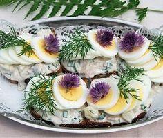 Nubbesallad är en lättlagad och klassisk röra till förrätten, midsommar eller om du vill göra festliga smörgåsar. Nubbesalladen har en perfekt harmoni av matjessill, purjolök, dill, gräddfil, majonnäs och potatis.