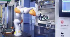 Production flexible grâce à l'interaction homme-machine  Le robot léger KUKA allie le moulage par injection à la production additive.