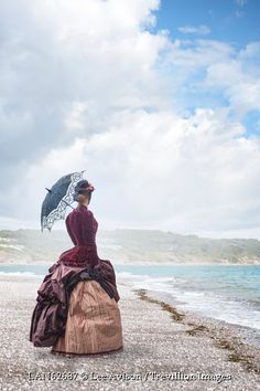 © Lee Avison / Trevillion Images - victorian-woman-on-beach-with-parasol Historical Women, Historical Romance, Victorian Women, Victorian Era, Woman On Beach, Maleficarum, Second Empire, Steampunk Costume, Period Outfit