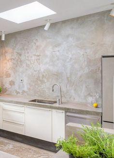 betong på väggen i kök, stänkskiva betong