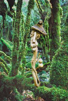 #流木オブジェ が酔っぱらった。 1999年~2002年撮影  #流木アート-5  「酔って 寄って 酔って」  焼酎、片手に持っての散歩は気持ちがよい。 醸し出されたばかりの新鮮な森の空気を吸い、風に乗って漂う木々の匂い、花の匂いを感じ、鳥たちのさえずり、蝶の羽音、川や滝の音を聞き、天空を我が物と悠々と舞うトンビの親子やお猿さんたちの愛情に満ちた生活を垣間見、鹿の求愛する叫びを聞く。  あー極楽、極楽。  ★  #流木 #流木アート #屋久島アート #インテリア #Driftwood Art #Interior