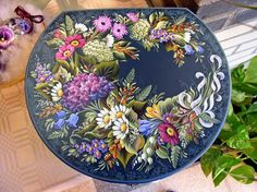 Emmy Stokvis. teacher and artist in Decorative Painting for 35 years. teaches Assendelft Folk Art Painting and Hindeloopen style