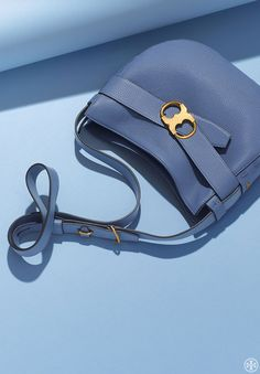 Our new symmetrical double-link hardware — a graphic abstraction of our iconic logo — debuts on our handbag of the season: the Gemini Link Shoulder Bag. Made of pebbled leather, the easy,