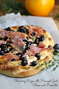 Blueberry Pizza with Honeyed Goat Cheese and Prosciutto Gourmet Pizza Recipes, Goat Cheese Recipes, Goat Cheese Pizza, Pizza Pizza, Socca Pizza, Pizza Tarts, Blueberry Goat Cheese, Prosciutto Pizza, Honey Recipes