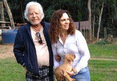 Por quase 30 anos, Cid Moreira comandou o Jornal Nacional, popularizando o bordão 'Boa Noite', usado sempre para encerrar o programa por seus sucessores. Cabelos aparados e penteados, barba feita e postura impecável foram suas marcas na bancada entre 1969 e 1996. Agora, foi o visual despojado do jornalista que chamou atenção na internet. A ONG Dog's Heaven, entidade filantrópica que toma conta de animais para adoção em Petrópolis, no Rio de Janeiro, compartilhou uma imagem de Cid e sua…