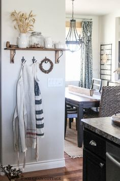Fall decor does not have to been totally extravagant to bring the fall spirit. I have found some amazing spaces that are decorated simple yet stunning.