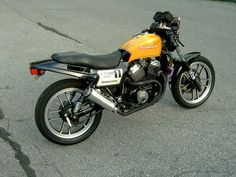 this is described previous as a Street Tracker, but I'd consider this more of a Cafe due to the low or clip-on handlebars. Flat Track Bikes usually have higher wider bars for more leverage. Street Tracker, Honda Bikes, Cafe Bike, Old Motorcycles, Motorcycle Bike, Ascot, Scrambler, Motorbikes, Vehicles
