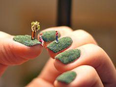 decoración de uñas con gente miniatura