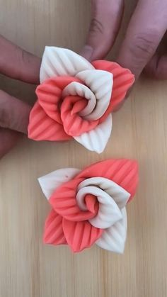 Cake Decorating Frosting, Birthday Cake Decorating, Cake Decorating Techniques, Cake Decorating Tutorials, Fondant Flower Tutorial, Fondant Flowers, Clay Flowers, Creative Food Art, Fondant Cake Toppers