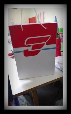 sacola de papel super wings adesivada com papel glossy alto brilho 180gr com disign e logo da caixa de entrega super wings. MEDIDAS: 24X18X8CM Ideal para colocar lembrancinhas, guloseimas ou distribuir para os convidados levarem para casa..