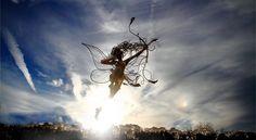 """Robin Wight ist ein in England, ansässiger britischer Bildhauer. Auch als """"Fee Mann"""" bekannt. Er arbeitet mit Edelstahldraht und schafft zauberhafte Feen-Skulpturen, die im Kampf gegen den Wind zu tanzen scheinen. Wight schafft eine robuste Stahlkonstruktion aus dem Draht, die dicksten Drähte bildet das Skelett, die nächsten formen die Muskeln, und die feinsten wickelt diese … Skulpturen aus Draht von Robin Wight weiterlesen"""