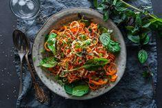 Rohe Karotten-Spaghetti mit cremiger Tahin-Sauce