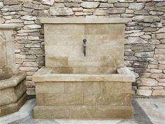 Fontaine contemporaine en pierre massive