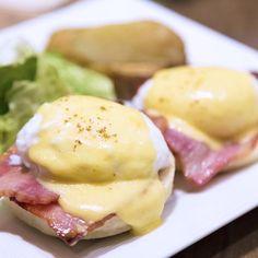 Aprende a preparar huevos benedictinos con esta rica y fácil receta.  Los huevos benedictinos se caracterizan por estar formados por muffins ingleses tostados, jamón...