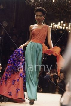 Supermodel Amalia Vairelli at 1989 - Yves Saint Laurent Couture show - 80s And 90s Fashion, Retro Fashion, Fashion Show, Vintage Fashion, Fashion Fashion, Runway Fashion, Christian Dior, Yves Saint Laurent Paris, St Laurent