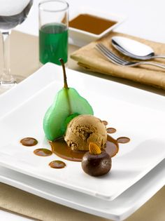 Fruta en menta con helado de sahne nuss y salsa de chocolate