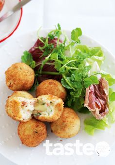 Bacon And Cheese Croquettes Recipe - Soft and cheesy inside, crispy crunch outside.Why have I never thought of bacon! Cheese Croquettes Recipe, Potato Croquettes, Good Food, Yummy Food, Ham And Cheese, Appetisers, Fritters, Potato Recipes, Cheese Recipes