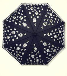 No dejes que la lluvia y mucho menos un paraguas aburrido arruine tu look.