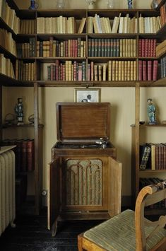 /\ /\ . Maurice Ravel . La petite maison à Montfort l'Amaury . A phonograph is installed in the library, where preserved editions of eighteenth century authors, such as Ronsard, Marot and Mallarmé, inspired Ravel.