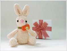 Miniature au crochet de lapin mini  Taeyangs  par MonaCrochetdoll
