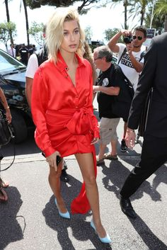 Hailey Baldwin Out in Cannes Celebrity Fashion and Style Couture Fashion, 90s Fashion, Street Fashion, Fashion Outfits, T Shirt And Jeans, Jeans And Boots, Hailey Baldwin Style, Styles P, Waisted Denim