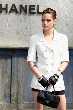 El de Kristen Stewart fue uno de los looks destacados de entre las asistentes al desfile de Chanel Alta Costura otoño invierno 2014. La actriz optó por un tupé de efecto mojado, además de los icónico mitones de la casa, para completar su masculino total look de Chanel.