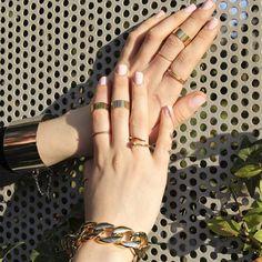 Anillos y pulseras. Aros con dos perlas <It-girl> en estilo de Dior. Cómpralos en WWW.CONCEPTSENSE.CL La boutique online de joyería y bijoux más deseada de la temporada. All eyes on you | Concept Sense