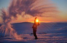 No clima gélido do Círculo Polar Ártico, Michael Davies fotografou seu chá quente congelando instantaneamente ao ser jogado para o ar.