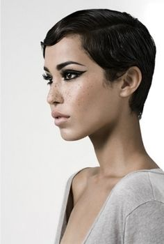 Wavy slicked pixie cut, bold liner and freckles Short Hair Cuts, Short Hair Styles, Models With Short Hair, Smoky Eyes, Cute Cuts, Great Hair, Pixies, Hair Dos, Cute Hairstyles
