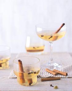 Kvůli macerování začněte s vařením den předem. Část redakce nápoj nadchl, části se zdál výsledek moc sladký (v takovém případě však není nic snazšího, než ještě rozředit nápoj vínem). Alcoholic Drinks, Tableware, Food, Tela, Dinnerware, Tablewares, Essen, Liquor Drinks, Meals