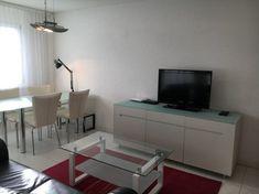 Schönes, modernes Wohnzimmer in einer Wohnung in Zürich. #wggesuchtde #wggesucht #wgzimmer #wohnzimmer #zürich #sofa #esstisch #schick #modern #gemütlich #ideen #inspiration #weiß Sofa, Inspiration, Dinner Table, Chic, Ideas, Nice Asses, Biblical Inspiration, Settee, Couch