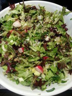Moje neoblibenejsi vecere je salat z cehokoliv. Tento je z hlavkoveho a losso rosso salatu, okurky, rajcete, rekvicek, porku a oliv. Cele je to zalite mineralkou s chia seminky, citronovou stavou a oliv olejem. Jako prilohu volim 2-3 vajicka nebo konzervu tunaka.