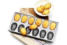 Kleine Franse cakejes met citroen en honing. Vierentwintig stuks zijn zó op! Recept - Madeleines - Allerhande
