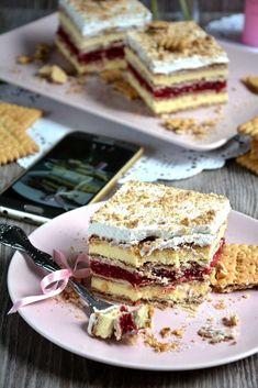 Prăjitură fără coacere cu biscuiti si două tipuri de cremă • Gustoase.net
