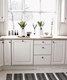 Białe szafki w przestronnej kuchni