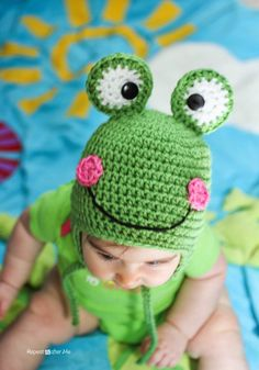 Repeat Crafter Me: Free Crochet Frog Hat Pattern Crochet Frog, Bonnet Crochet, Crochet Baby Hats, Crochet Beanie, Cute Crochet, Crochet For Kids, Crochet Crafts, Baby Knitting, Crochet Projects